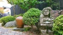 ・厳選した古美術品やオブジェが、 お部屋やお庭の随所でおもてなしいたします