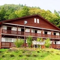 1階に洋室3部屋、2階に和室5部屋を兼ね備えたコテージ。1棟丸々貸し切ることも可能です♪
