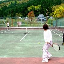 テニスもお楽しみいただけます♪1本210円でラケットの貸出もございますよ。