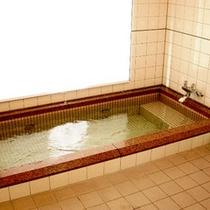 コテージには共同のお風呂がございます。ボディーソープやシャンプー等も完備★タオル類はご持参下さい。