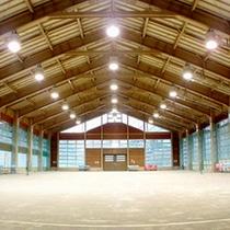外靴でご利用いただける土間式体育館。ボールやラケット等のレンタルもございます♪