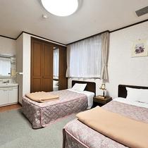 *【部屋(洋室ツイン・コテージ内)】コテージ1階のお部屋。寝るときはベッド派のあなたにオススメ★