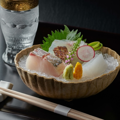 【6〜7月】活鮎の塩焼など、初夏の味覚に神戸牛ステーキを加えたお料理コース〈特選懐石〉