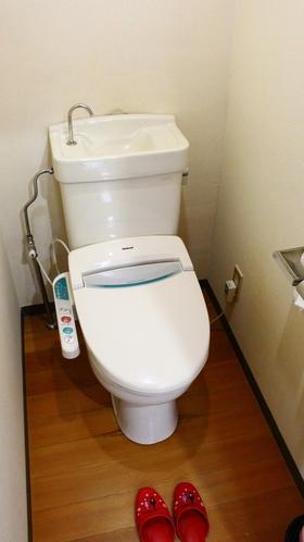 【眺望客室トイレ】眺望客室には独立したシャワー付きトイレを備えております