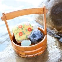 *【湯けむりセット】/日本酒のほか、手ぬぐい、木桶などがそろった「湯けむりセット」