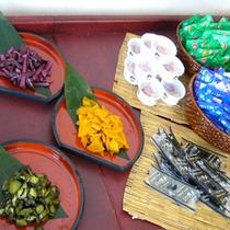 *【朝食】つけ合わせに納豆、ふりかけ、海苔、お漬物3種をセルフで常備。魚沼産コシヒカリと共にどうぞ!