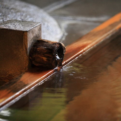 【湯口】当館の温泉の泉質は弱アルカリ性単純泉で、大変お肌に良いと言われております。