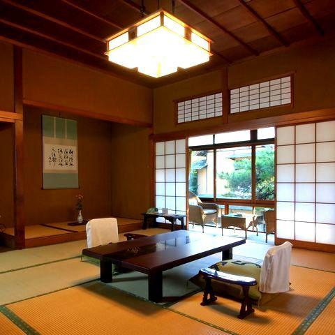 【準特別室の一例】登録文化財「桐の棟」池の上に建ち、角部屋で二方向に窓があり、開放的で寛げます。