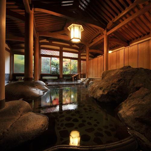 【登録文化財 天平大浴堂】総檜造り。荘厳な雰囲気の中で、池の鯉を眺めながらゆったりお寛ぎください。