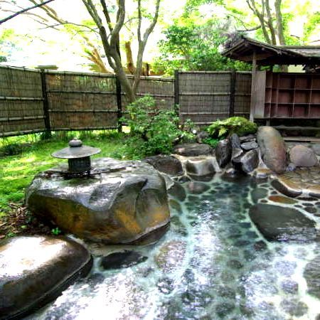 【野天風呂/木洩れ日の湯】庭園の中にあり、その名の通り木洩れ日を浴びながら湯をお楽しみいただけます。