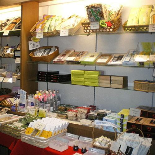 【売店】オリジナル商品や地元の物などが並んでいます。