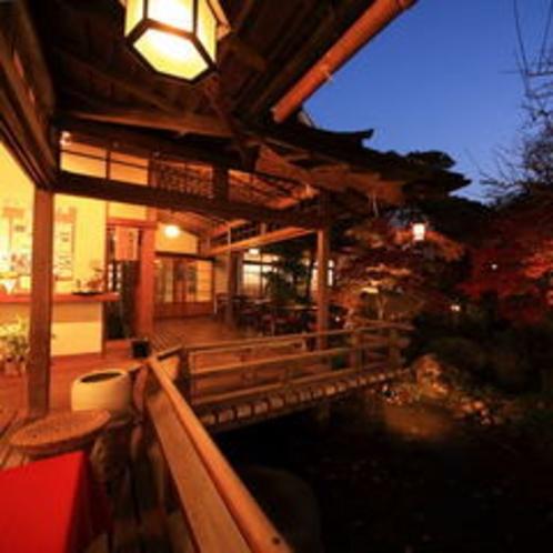 【ロビーから見える夜景】中庭の風景をお楽しみください。