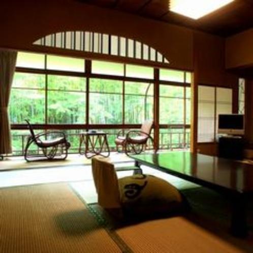 【花の棟客室の一例】竹林の小径をお部屋からゆっくり眺めることの出来る、修善寺で唯一の客室です。