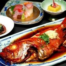 【金目鯛の姿煮一例】秘伝のタレが美味しい、金目鯛の姿煮をご賞味いただけます。