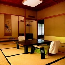 【特別室棟の一例】襖で仕切る二間続きの広々とした客室に、広縁、広めの天然温泉檜内風呂がついています。