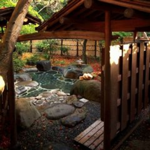 【野天風呂/木洩れ日の湯】梅・桜・新緑・サツキ・紅葉など四季の花々と満天の星をご覧いただけます。