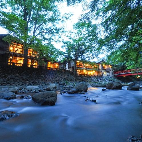 【自然に囲まれた立地】四季折々の自然を客室や館内、周辺でお楽しみいただけます。