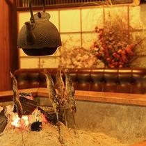 *[囲炉裏]太い梁と囲炉裏と神棚ー古き良き日本の風景が心和みます