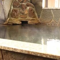 【内湯】贅沢な源泉かけ流し!こんこんと流れる自然の恵みでのんびりとおくつろぎください。