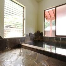 【内湯】泉質は単純温泉の源泉かけ流し。ゆっくりと浸かり、日頃の疲れをとりましょう。