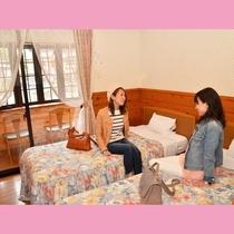 女子旅にピッタリな広さのツインルーム。窓からは花合野川を望めます♪