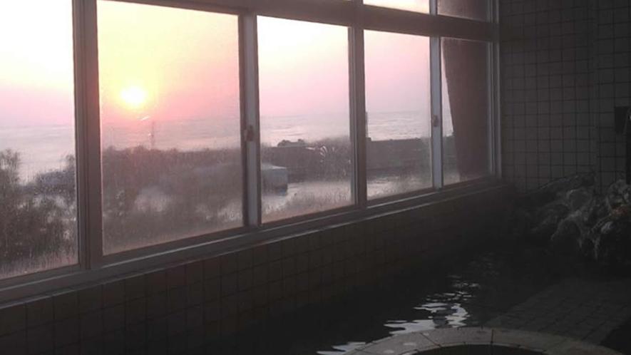 ■夕陽に染まる大浴場