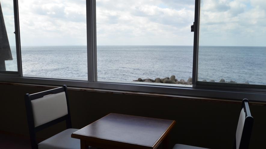 ■海側和室 窓際の椅子テーブルセットからの景色