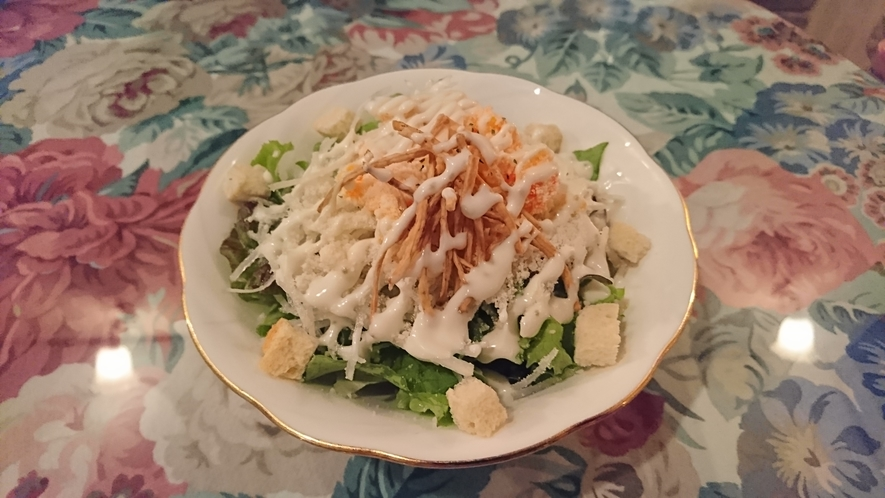 ミモザ玉子とゴボウチップのわさびドレッシングを使ったサラダ