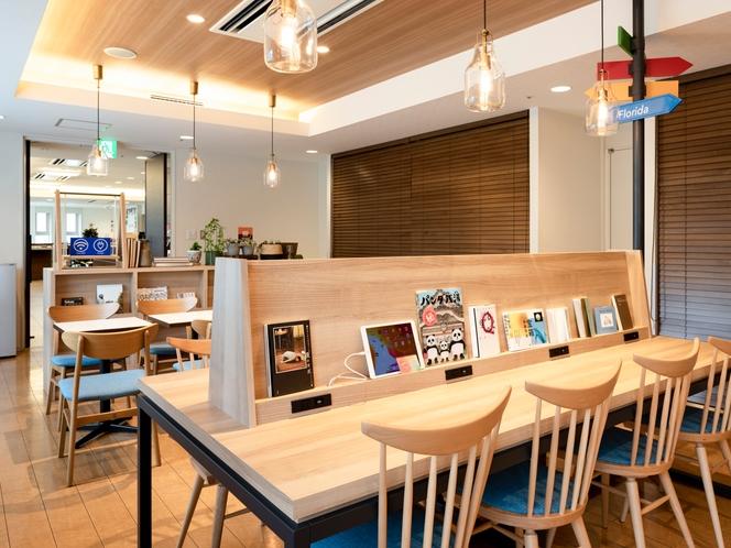 【ライブラリーカフェ】無料Wi-Fi・卓上コンセント完備で快適