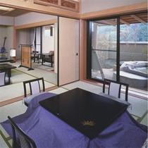 1階温泉露天風呂付き特別室【鳳れん】岩風呂付きの特別室からは、山里の風景をご覧いただけます。