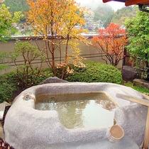 *1階温泉露天風呂付き特別室【鳳れん】贅沢にお部屋の露天風呂から紅葉をお楽しみいただけます。