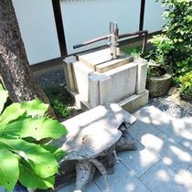 玄関横の井戸