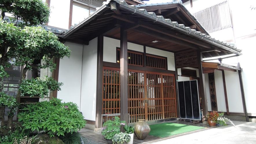 *【外観】日本庭園・和風建築の家庭的な旅館
