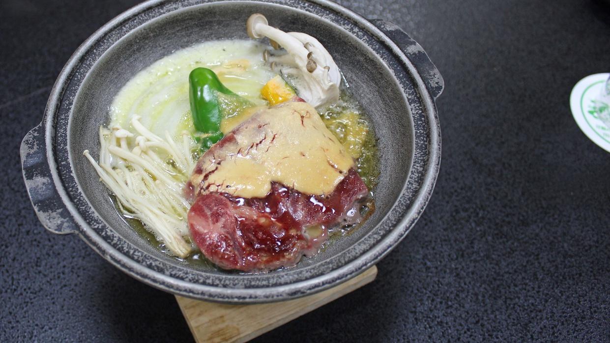 *【夕食一例】味噌タレの効いた陶板焼きは熱々でお召し上がりください。