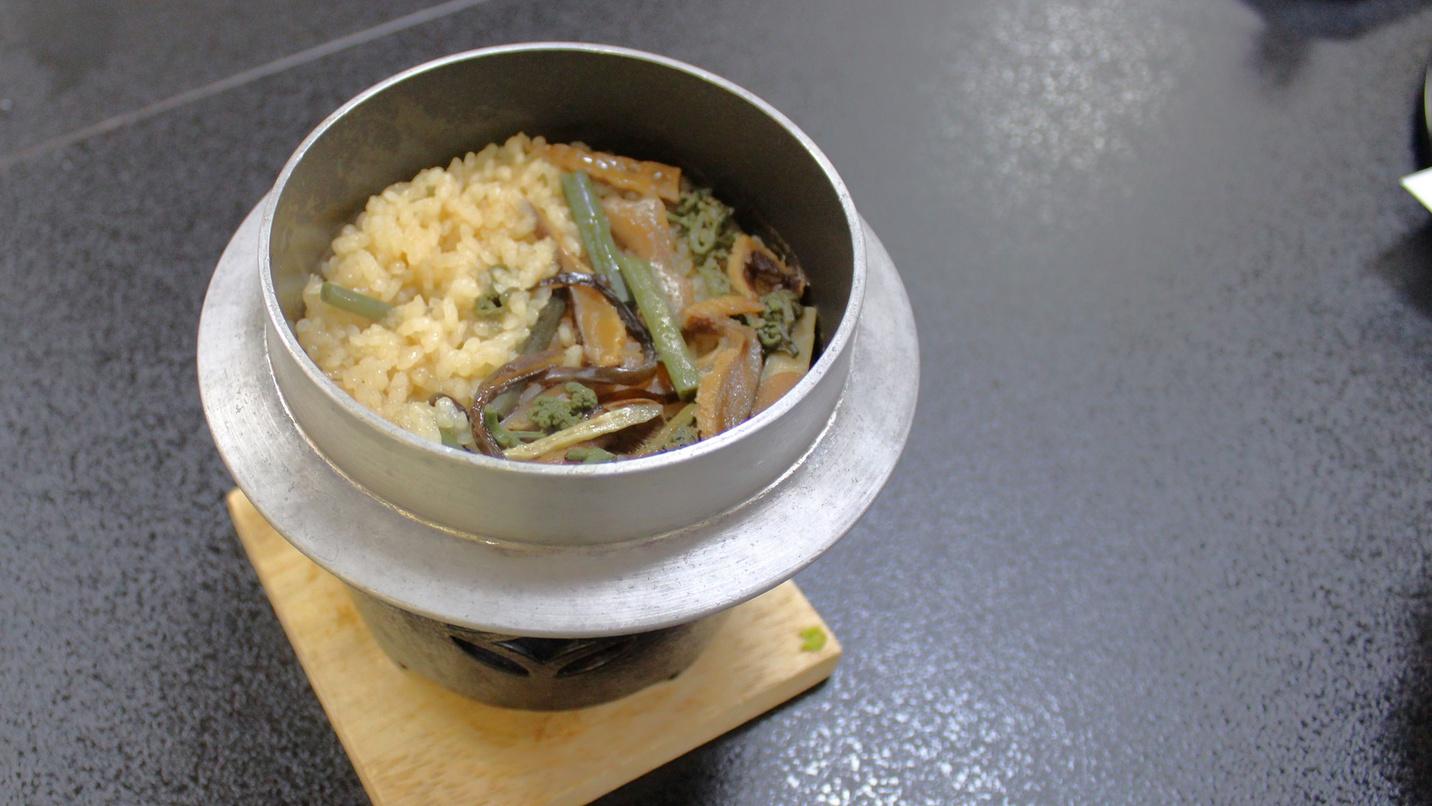 *【夕食一例】季節の食材を使用した、おこげまで美味しい釜飯。
