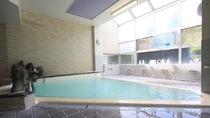 *温泉大浴場(男湯)/室内大浴場も広く、明るく気持ちよくお湯を楽しめます。