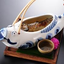 じっくり焼き上げた川魚。その旨味をたっぷり吸い込んだ骨酒は山里ならではの一品です。