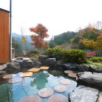 紅葉を眺めながらの露天風呂をお楽しみ下さい。