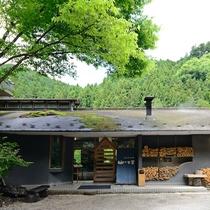 別館レストラン「山の茶屋」は徒歩1分です。