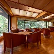 【談話ラウンジ】柔かな木漏れ日が心地よいカフェエリアとしてご利用下さい。