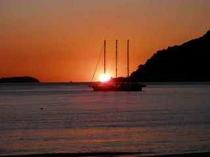*朝日と帆船