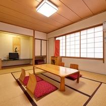 *和室一例/ごろりと寝転がれる10畳の和室は、ファミリー・グループ利用におすすめ。
