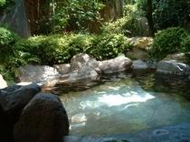男性露天風呂です。四季折々のお庭でホッとします。