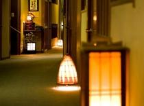 行灯の温かみある廊下