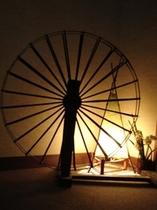 廊下の飾りの糸車です。