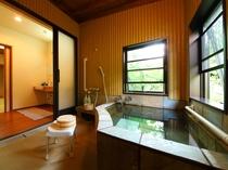 バリアフリールームのお風呂:洗い場が畳敷きの内風呂付きです。手すりあり、シャワーチェアー