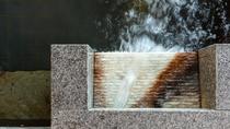 【大浴場内湯(男性)】玉造温泉の豊富な源泉は雰囲気のある石の吐水口から休むことなく注がれています。