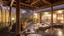 【大浴場露天風呂(女性)】夕暮れと共に、お風呂の雰囲気も少しずつ変わってゆきます。