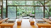 ロビー 東の荘1階 日本庭園を眺めながら静かなひと時をお過ごしください。