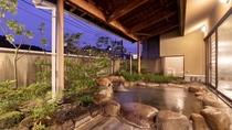 【大浴場露天風呂(男性)】男性用用露天風呂は大きな石を使った浴槽になります。